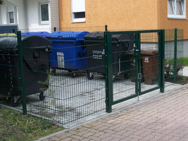 Müllplatz mit Stabgitterzaun