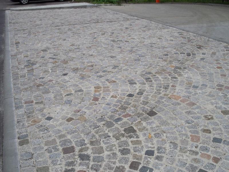 Granitpflaster in Beton verlegt