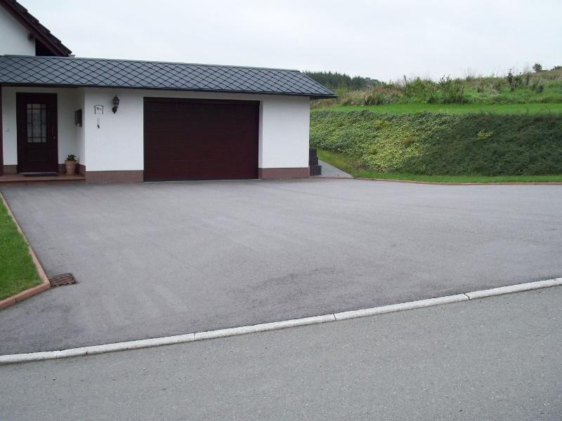 Asphaltfläche vor Garage
