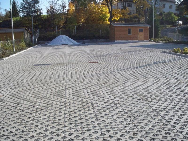 Parkplatz aus Rasengitterplatten